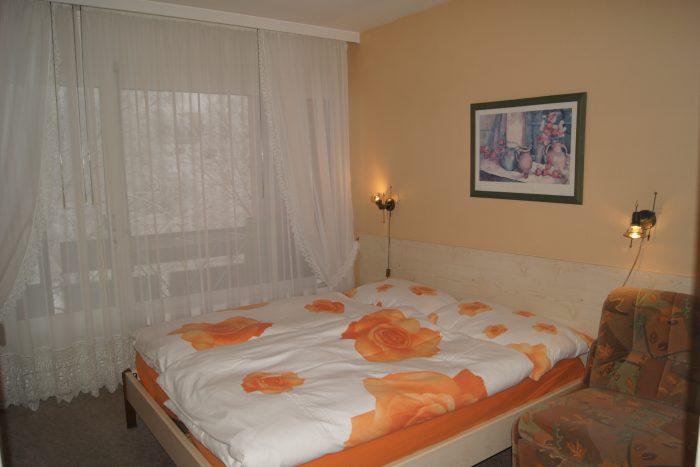 04-f-Appartement-2.5-chambres-Mayenzett-24-Chambre-à-couché-Loèche-les-bains-appartement-de-vacances-à-louer-e