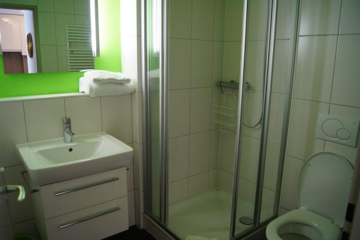 05-b-Fortuna-304-Salle-de-bain-Loèche-les-bain-appartement-de-vacances-à-louer