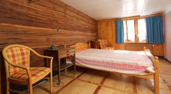 26 -c- 3.5-Zimmer- Wohnung-Heimatkunst- Schlafzimmer- Leukerbad -Ferienwohnung -zu- vermieten