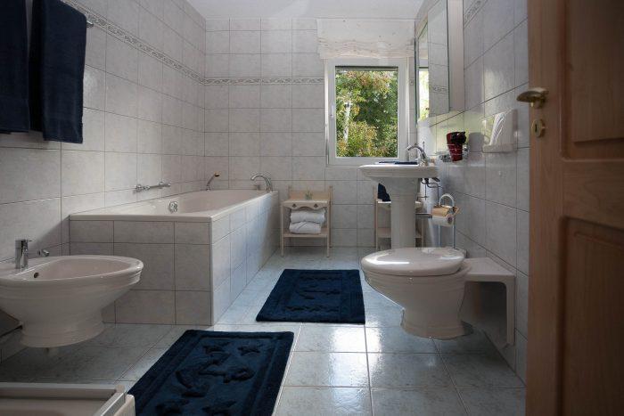 27 -l- Appartement -4.5- chambres Chalet Kliben Salle de bain Loèche-les-bains appartement de vacances à louer