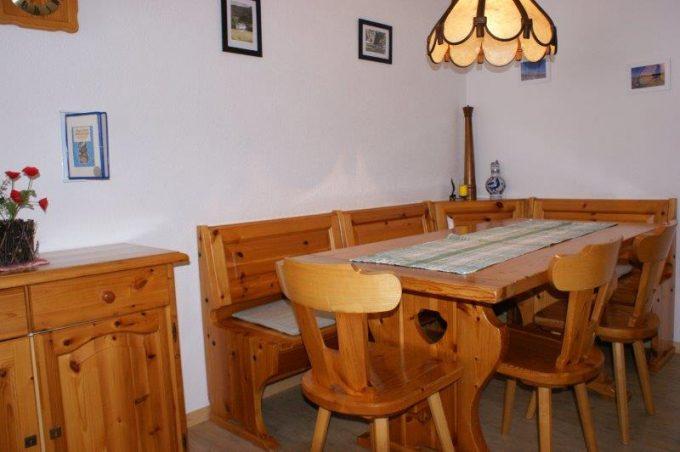 36- m- 4-Zimmerwohnung-Lärchenwald-1706-Essbereich-Ferienwohnung-zu-vermieten-Leukerbad (13)