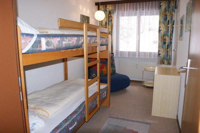 36- o- 4-Zimmerwohnung-Lärchenwald-1706-Schlafzimmer-Ferienwohnung-zu-vermieten-Leukerbad (15)