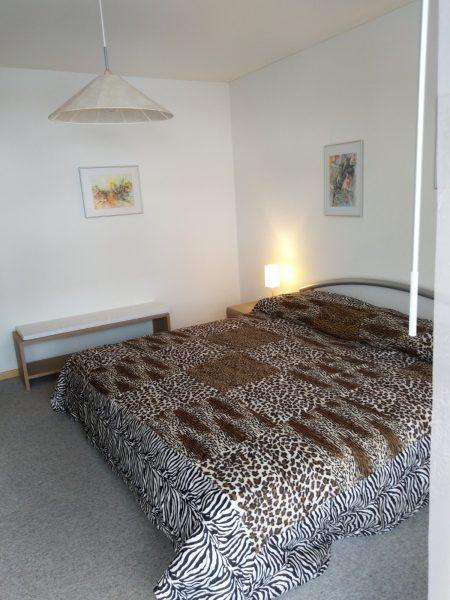 38-p-2-Zimmerwohnung-Lärchenwald-1804-Schlafzimmer-Verienwohnung-zum-vermieten-Leukerbad